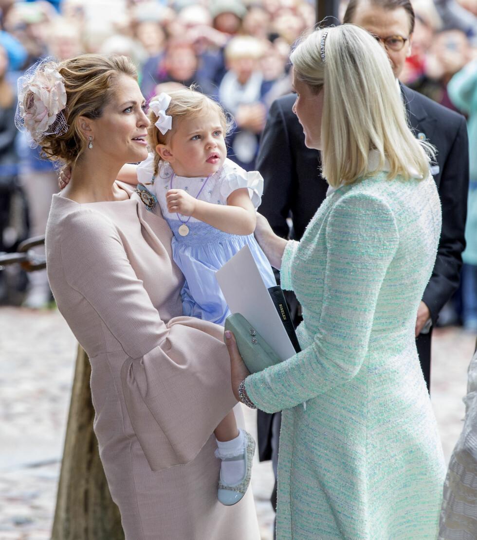 PRINSESSEMØTE: Lille Leonore tittet skeptisk bort på kronprinsesse Mette-Marit som slo av en prat med prinsesse Madeleine under prins Oscars dåp i Stockholm i slutten av mai. Den norske kronprinsessen var en av prinsens faddere. Foto: NTB Scanpix