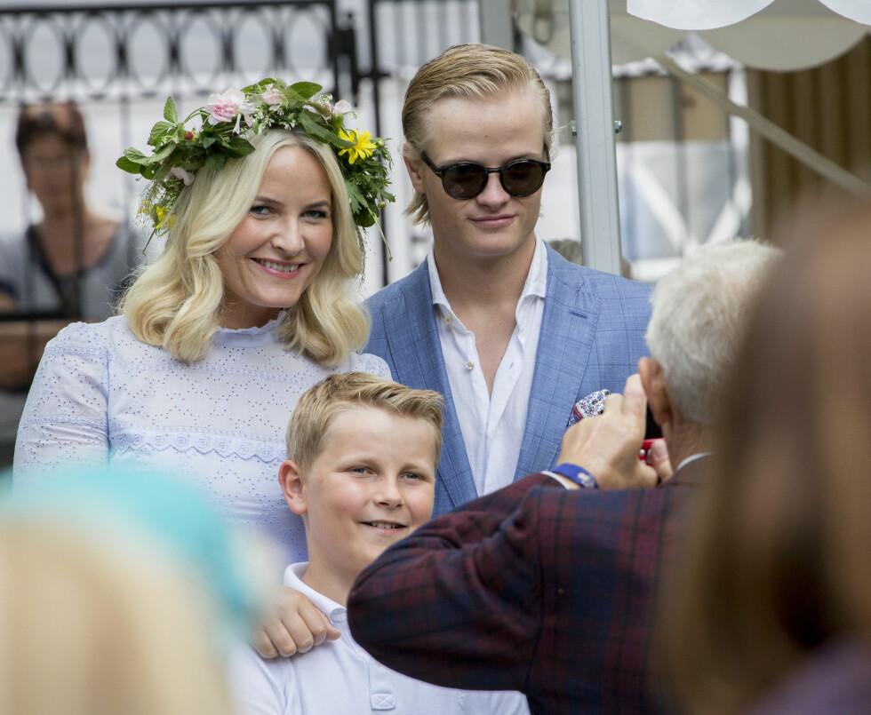 SMIIIIIIL: Kronprinsesse Mette-Marit og sønnene Sverre Magnus og Marius stilte gladelig opp på bilde under hagefesten i Trondheim i forbindelse med kongeparets jubileumsfest i juni. Foto: NTB Scanpix