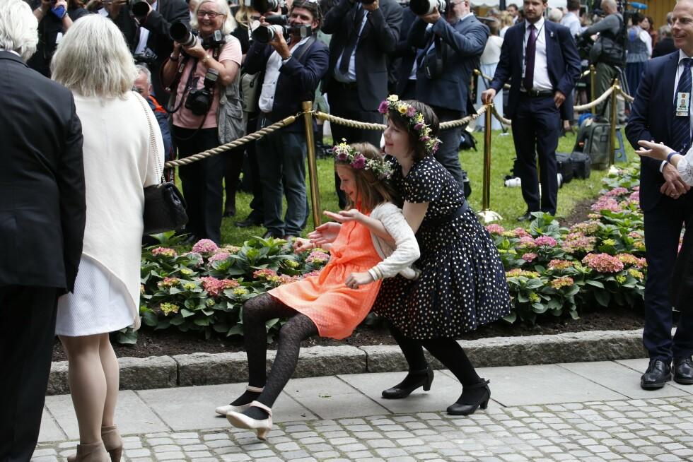 SØSTRENE SISTERS: Prinsesse Märtha Louises to døtre Leah Isadora og Maud Angelica (i prikkete kjole) slo ihjel ventetiden på vei inn til  gudstjeneste i Nidarosdomen med litt lek.  Foto: NTB Scanpix