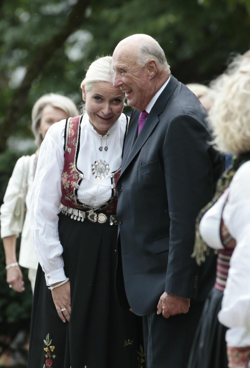 GOD STEMNING: Det er ingen tvil om at kong Harald og kronprinsesse Mette-Marit har et varmt og nært forhold!  Foto: NTB Scanpix
