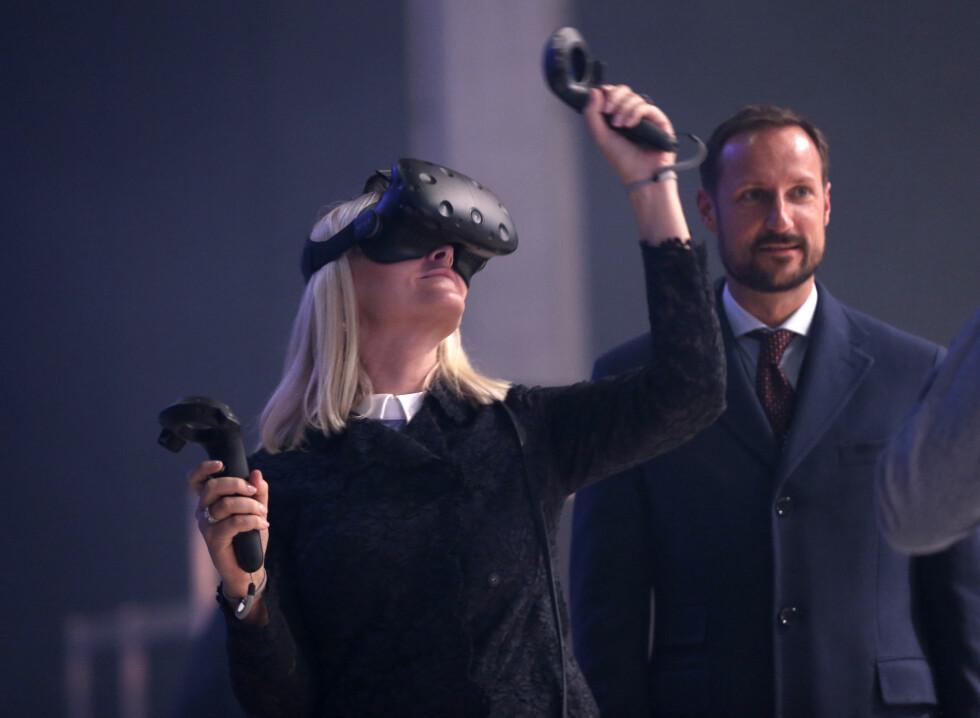 SLO SEG LØS: Kronprins Haakon og kronprinsesse Mette-Marit deltok på Oslo Innovation Week (OIW) i oktober der de blant annet fikk prøve VR-briller. Kronprinsessen hadde ingenting imot å leve seg inn i den virituelle verdenen. Foto: NTB Scanpix