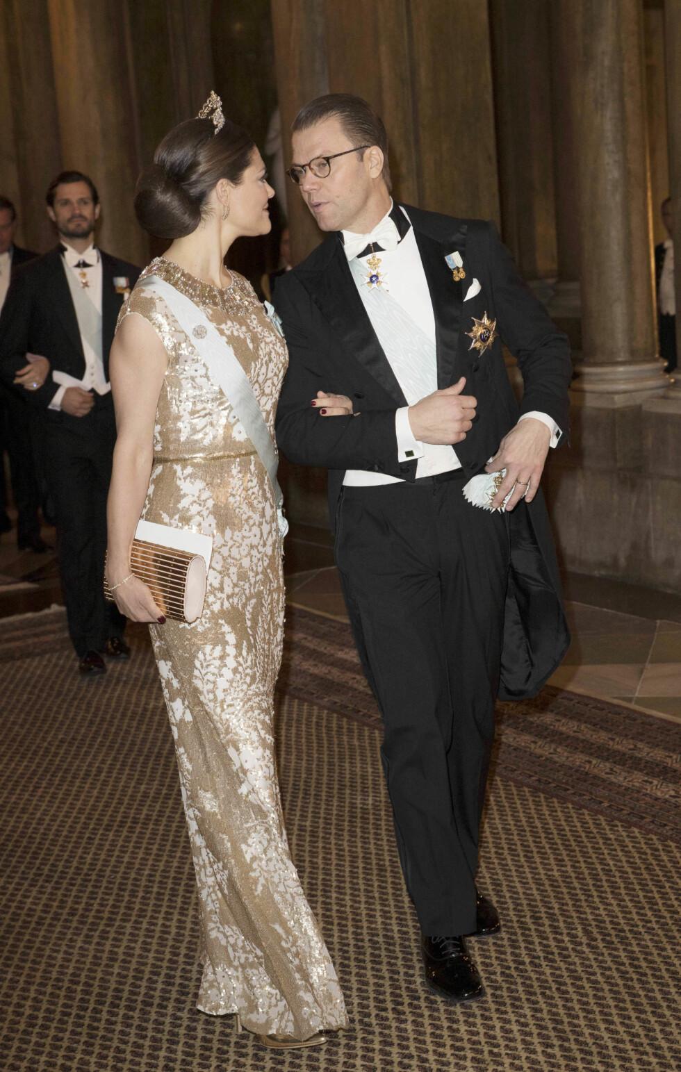 FORELSKET: Kronprinsesse Victoria stilte i gjenbruk under festlighetene søndag kveld. Her med ektemannen prins Daniel. Foto: NTB Scanpix