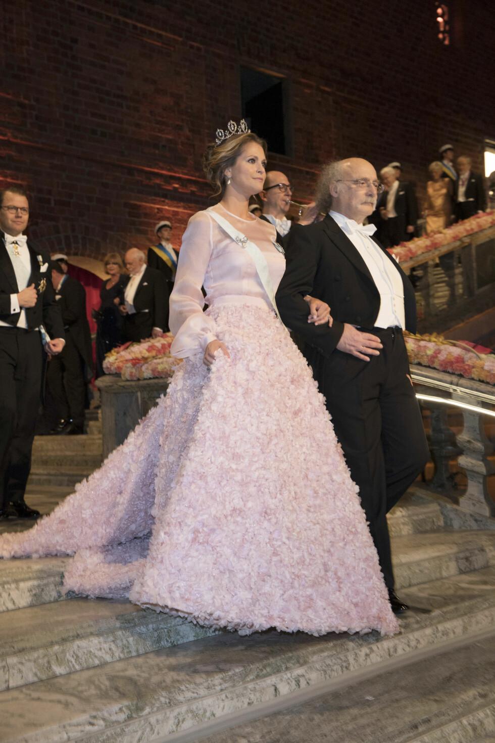 VAKKER: Prinsesse Madeleine i en rosa kjole fra den svenske designeren Fadi el Khoury. Her arm i arm med Duncan Haldane, som fikk nobelprisen i fysikk for 2016. Foto: NTB Scanpix