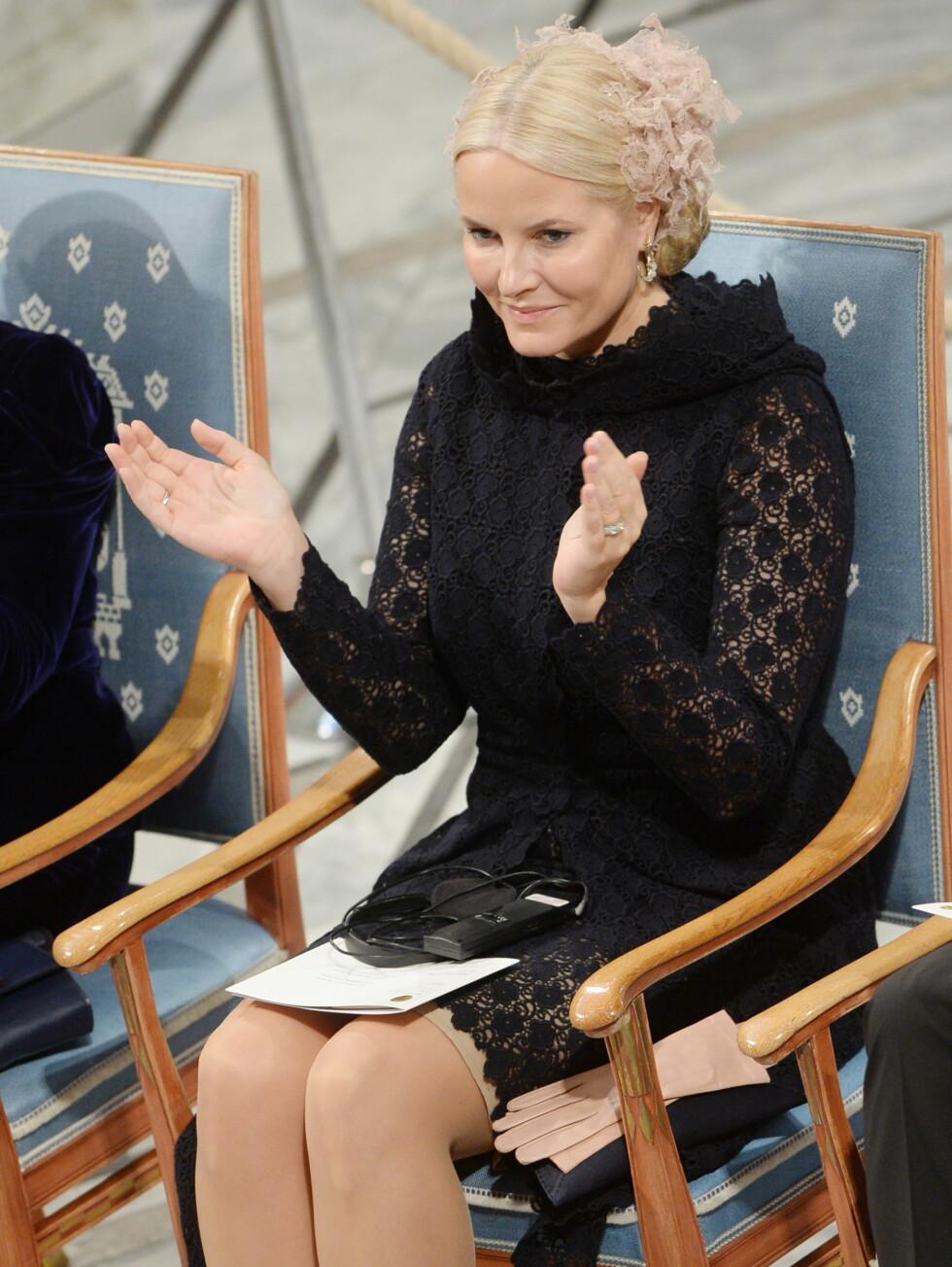 DEN LILLE SORTE: Mette-Marit under prisutdelingen i Rådhuset i Oslo.  Foto: NTB Scanpix