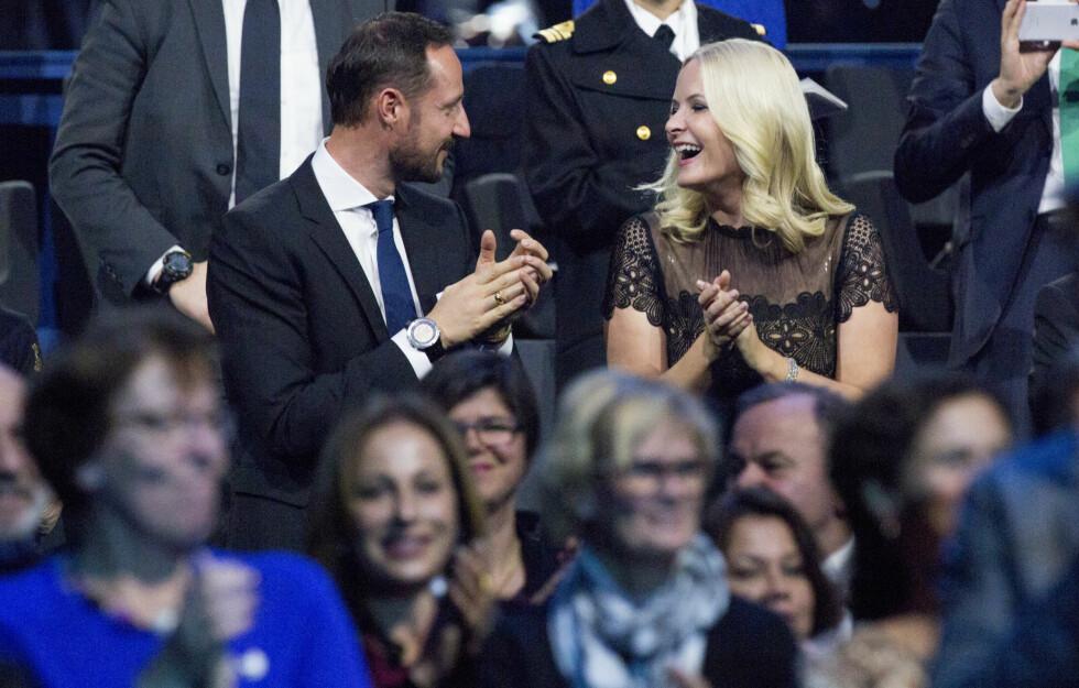 SANG OG MORO: Kronprinsesse Mette-Marit og kronprins Haakon koste seg under Nobelkonserten søndag kveld. Den samme kjolen hadde hun på seg under Nobelkonserten i fjor. Foto: NTB Scanpix