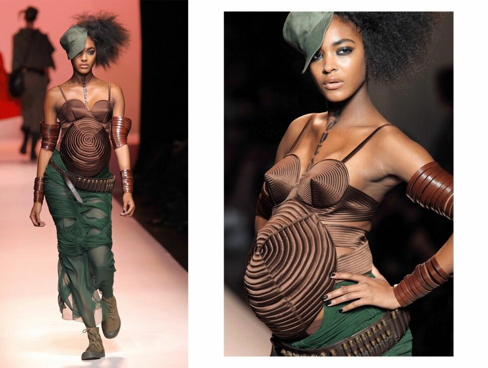 <strong>JOURDAN DUNN:</strong> Den høygravide modellen poserer på catwalken til Jean Paul Gaultier. Foto: Scanpix