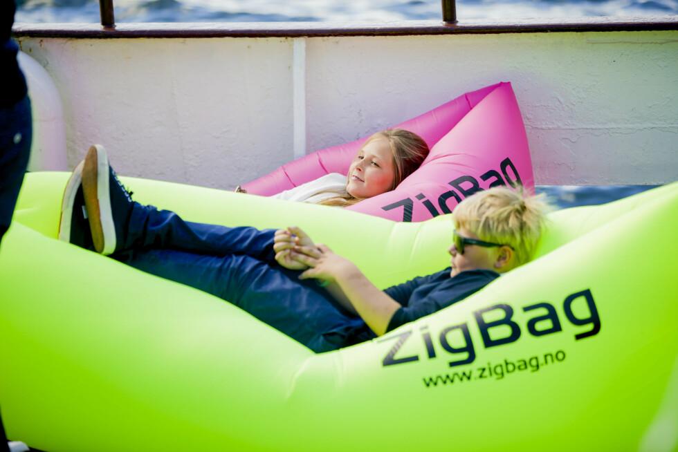 CHILLER: Prins Sverre-Magnus og Prinsesse Ingrid Alexandra tok en velfortjent hvil under besøket på Havmiljøfestivalen Passion for Ocean på Vippetangen i Oslo i sommer! Foto: NTB scanpix