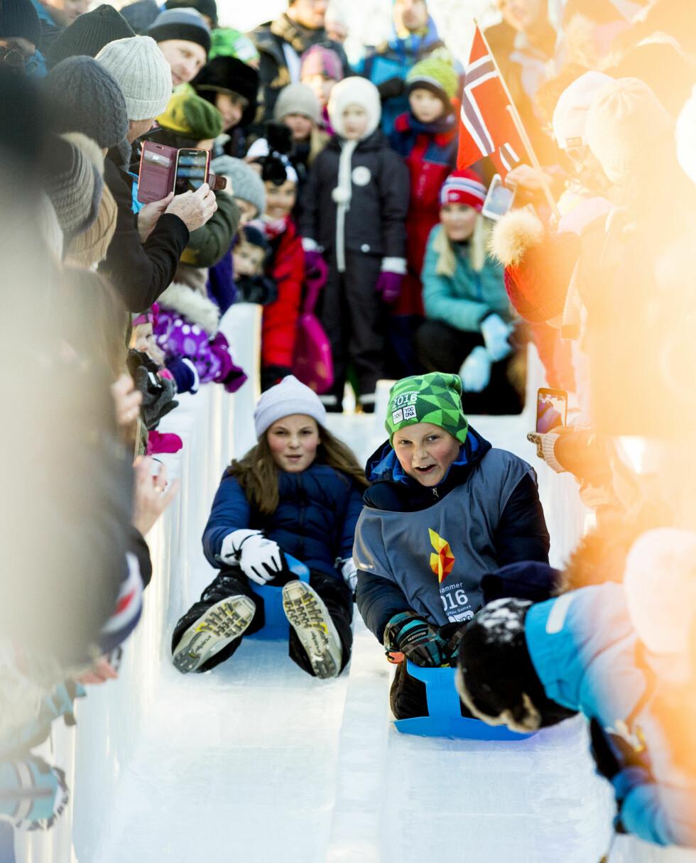 HEI HVOR DET GÅR: Prins Sverre Magnus og prinsesse Ingrid Alexandra testet ut issklien under vinteraktivitetene på Slottsplassen i januar. Ingen tvil om at de to er like glad i sport og actionfylte aktiviteter som sin far! Foto: Vegard Wivestad Grøtt / NTB scanpix Foto: NTB Scanpix