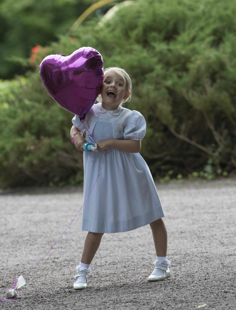 SKJØNNHET: Det skulle ikke mer til enn en lilla ballong for å få prinsesse Estelle overlykkelig! Her feirer hun mammas 39-årsdag på Öland i juli. Foto: NTB Scanpix