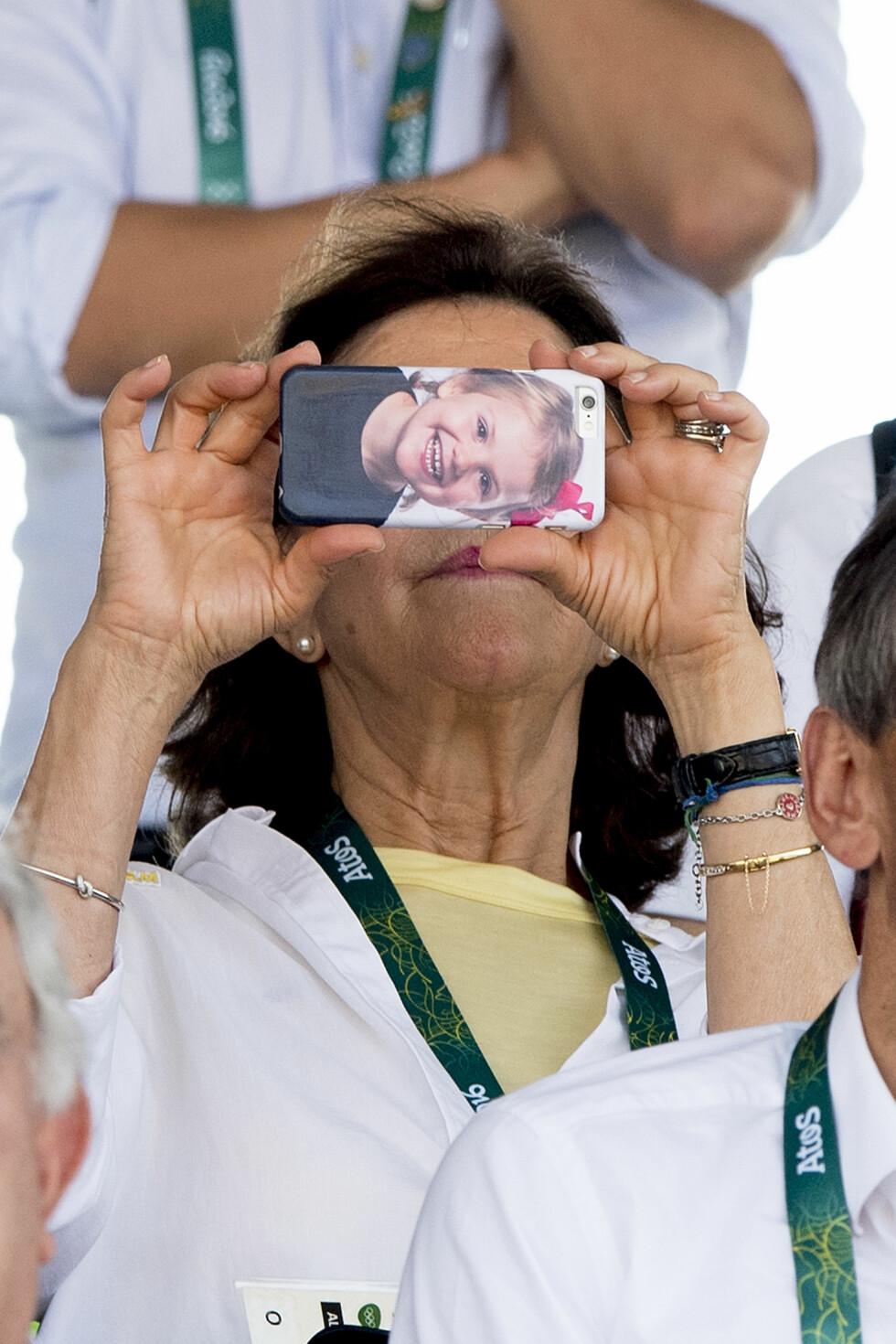 NEI MEN, ER DET IKKE?: Ok da, det er ikke bare de kongelige barna som sjarmerer - også dronning Silvia av Sverige for våre hjerter til å smelte! Under OL i Rio i august viste hun at hun alltid har med seg barnebarna på tur. Hun har nemlig et bilde av barnebarnet prinsesse Estelle som mobildeksel! Foto: NTB Scanpix