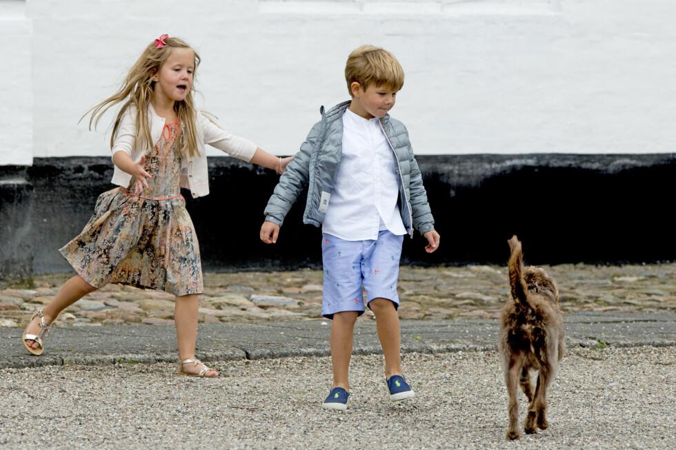 HUNDEGLEDE: Danske prinsesse Josephine (5) og hennes tvillingbror prins Vincent hygget seg med familiehunden på Grasten gård i sommer.  Foto: NTB Scanpix