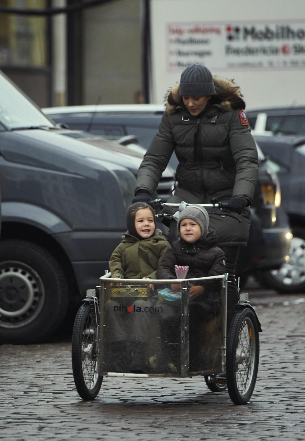 TYPISK DANSK: Mamma kronprinsesse Mary trosset surt januarvær og syklet tvillingbarna Vincent og Josephine til barnehagen.  Foto: NTB Scanpix