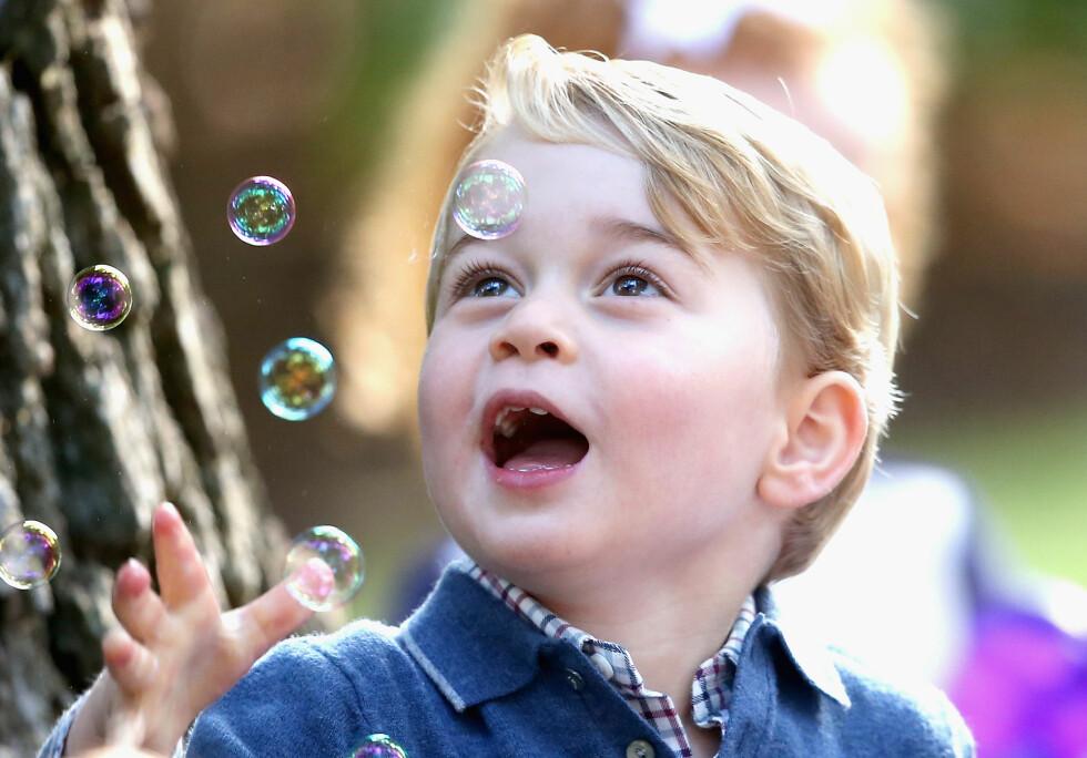 SÅPEBOBLER: Alle barn synes at såpebobler er gøy, og prins George av Storbritannia er intet unntak!  Foto: NTB Scanpix