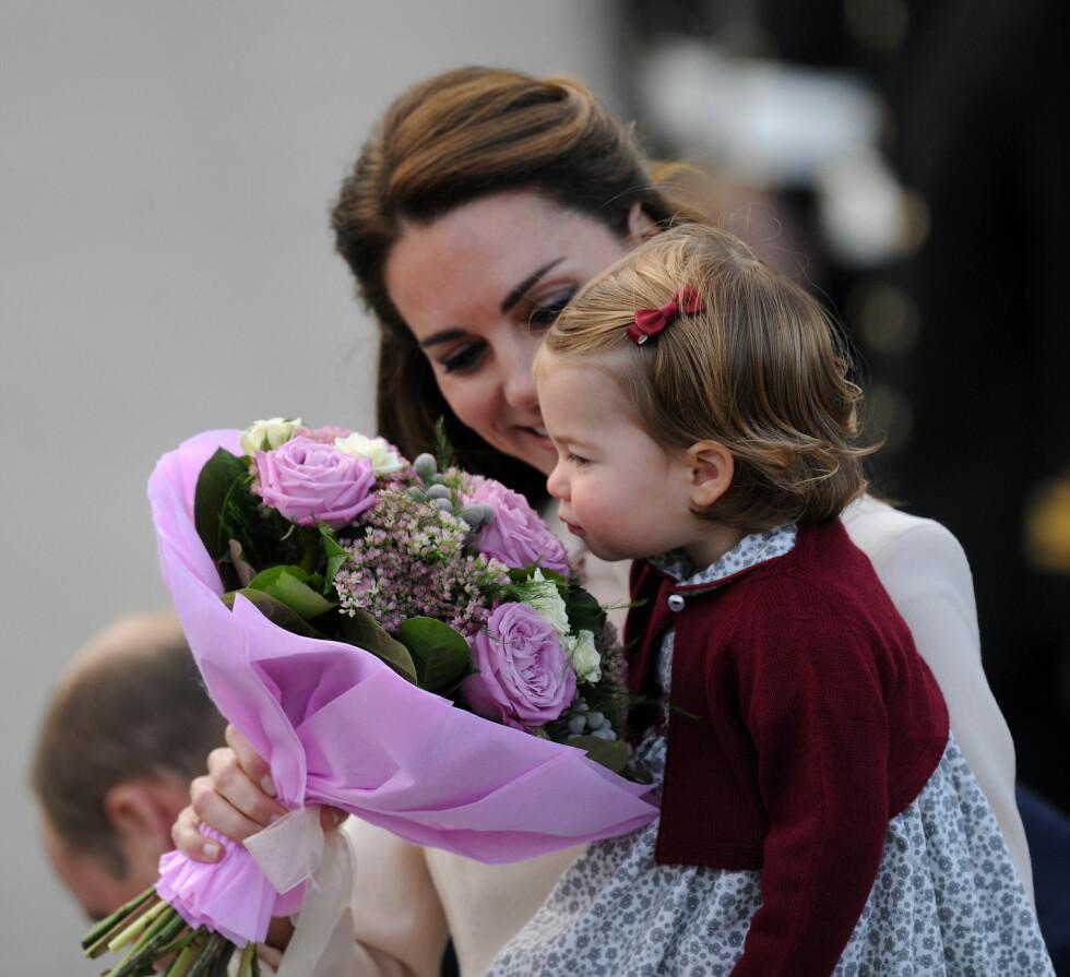 DEILIG BLOMSTERLUKT: Lille prinsesse Charlotte av Storbritannia måtte lukte på blomstene mamma hertuginne Kate hadde fått under et besøk i Canada i høst.  Foto: NTB Scanpix