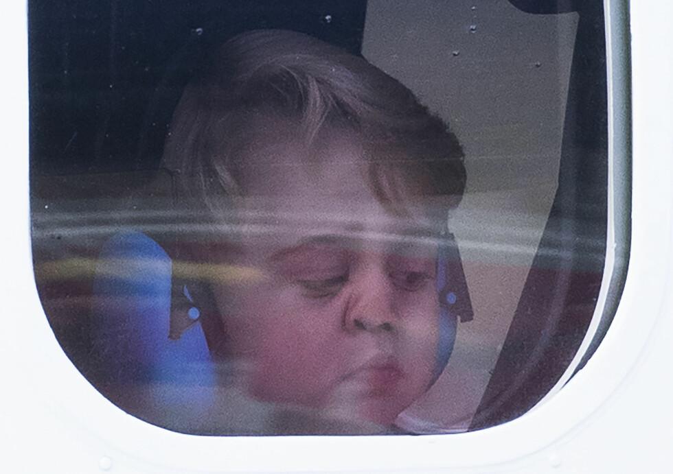 PRINS GEORGE: Den britiske prinsen, prins George (3), stikker av med prisen årets mest sjarmerende bilde! Her er han på flyet som skal ta ham og familien fra Canada til England i forbindelse med en offisiell tur gjort i oktober. For en søtnos! Foto: NTB Scanpix