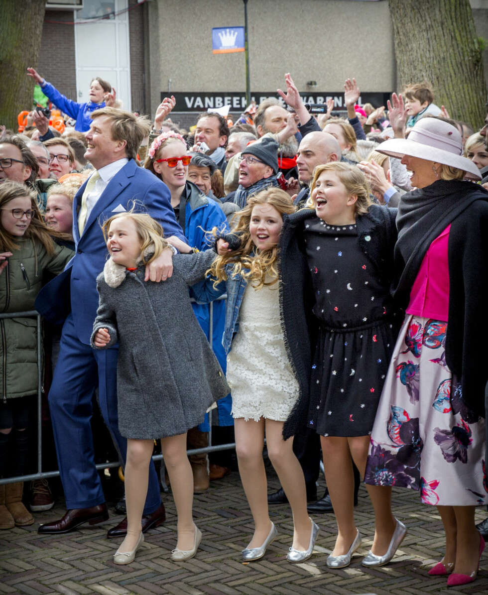 DANS I GATENE: Søstrene kronprinsesse Catharina-Amalia, prinsesse Ariane og prinsesse Alexia fikk med seg pappa Willem-Alexander og mamma Maxima på en liten spontandans i forbindelse med den årlige begivenheten Koningsdag i april. Foto: NTB Scanpix