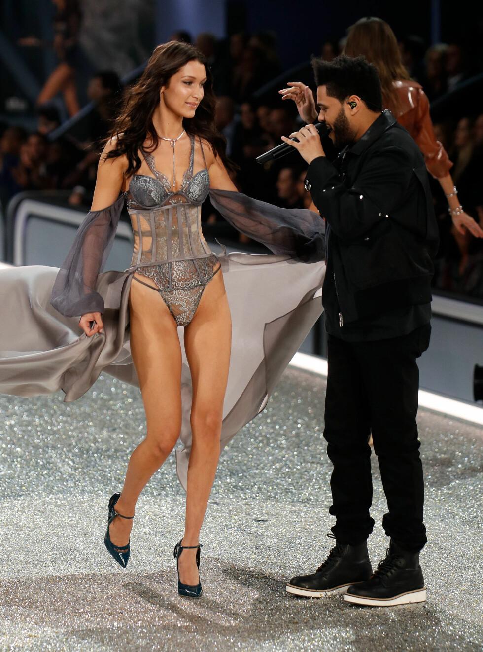 BRUDD: I november ble det kjent at supermodell Bella Hadid  og artisten The Weeknd hadde gjort det slutt. De har riktignok beholdt vennskapet, og under Victoria's Secret Fashion Show i Paris i begynnelsen av desember sto de på samme scene.  Foto: NTB Scanpix
