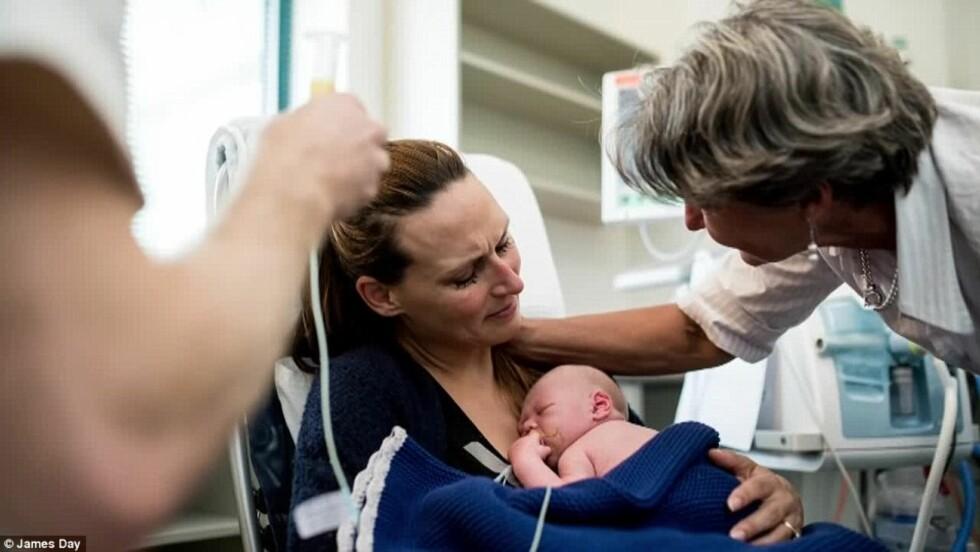 TRØST: De nybakte foreldrene hadde familien sin rundt seg da de tok farvel med sønnen. Foto: © James Day