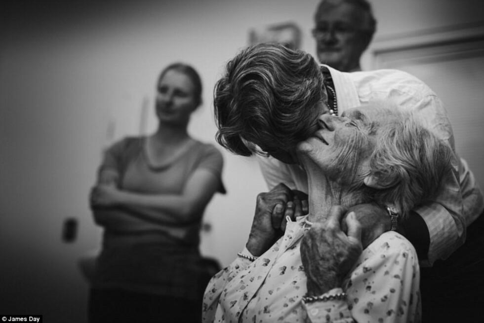 KJÆRLIGHET: Fotograf James Day sier at de sterke scenene som utspant seg foran ham på sykehuset var for sterke til ikke å ta opp. Se den sterke filmen i saken. Foto: © James Day