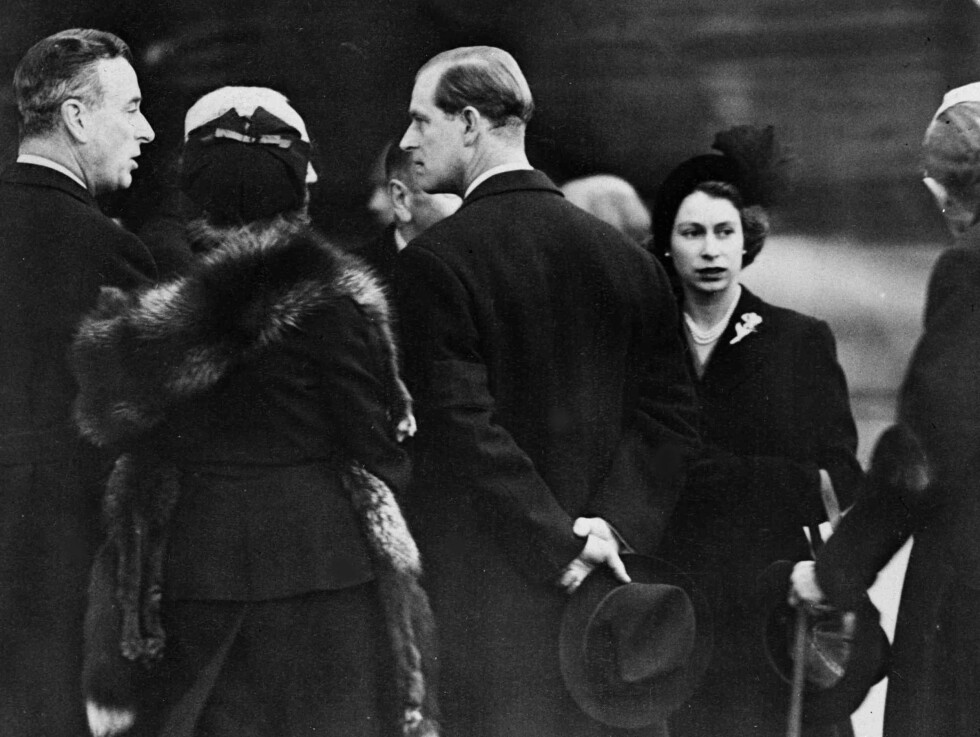 FRA PRINSESSE TIL DRONNING: Dronning Elizabeth og ektemannen prins Philip har akkurat ankommet flyplassen i London etter en reise til Kenya. Det var under denne turen at hun fikk vite at faren, kong George VI hadde dødd av lungekreft og at hun nå var blitt dronning. Datoen var 7. februar 1952. Til venstre: prins Philips onkel Lord Mountbatten. Foto: NTB Scanpix