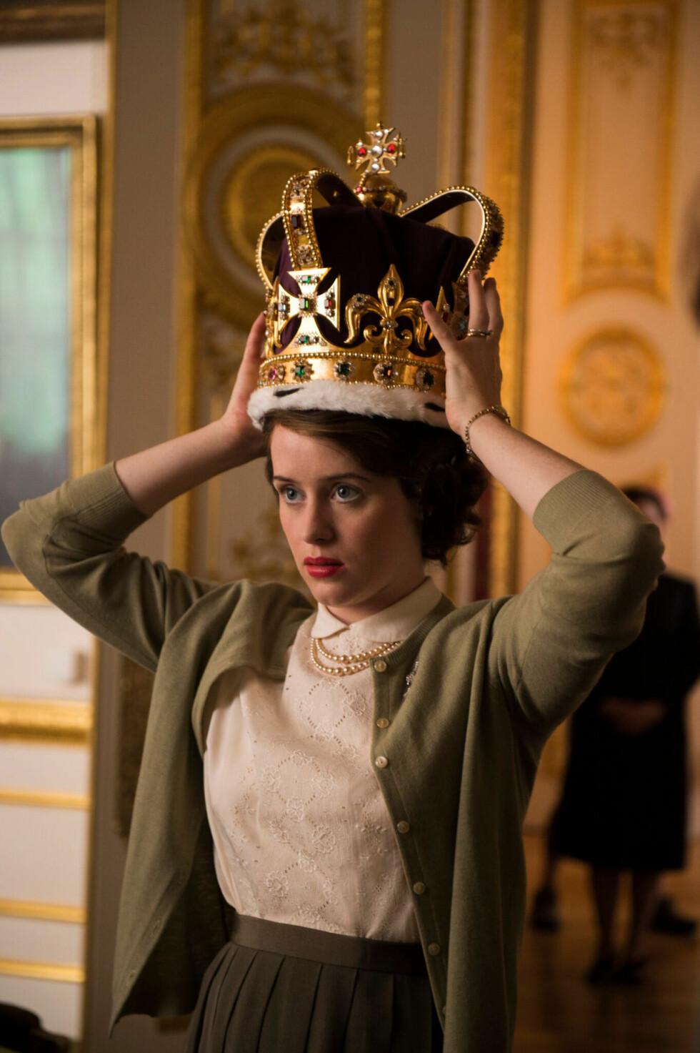 KRONEN: Dronning Elizabeth (spilt av Claire Foy) prøver den tradisjonsrike kongekronen.  Foto: Netflix