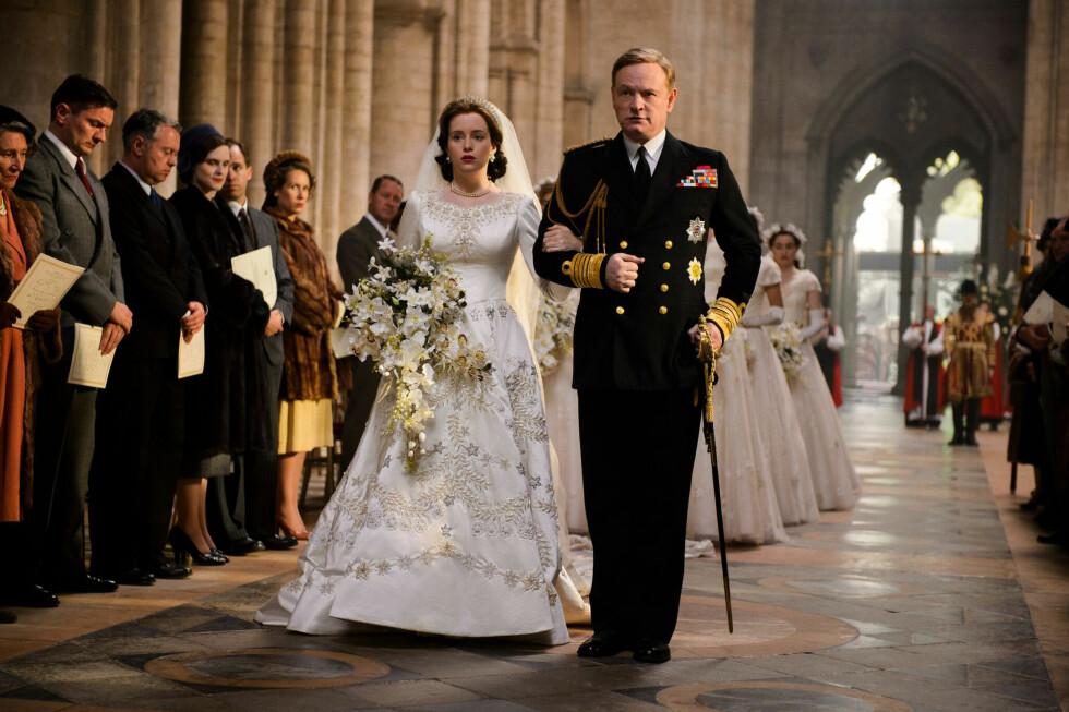 BRYLLUP: Dronning Elizabeth (spilt av Claire Foy) og prins Philip giftet seg 20. november 1947 i Westminster Abbey. Her følges hun opp altergangen av sin far kong George (spilt av Jared Harris). Foto: Netflix