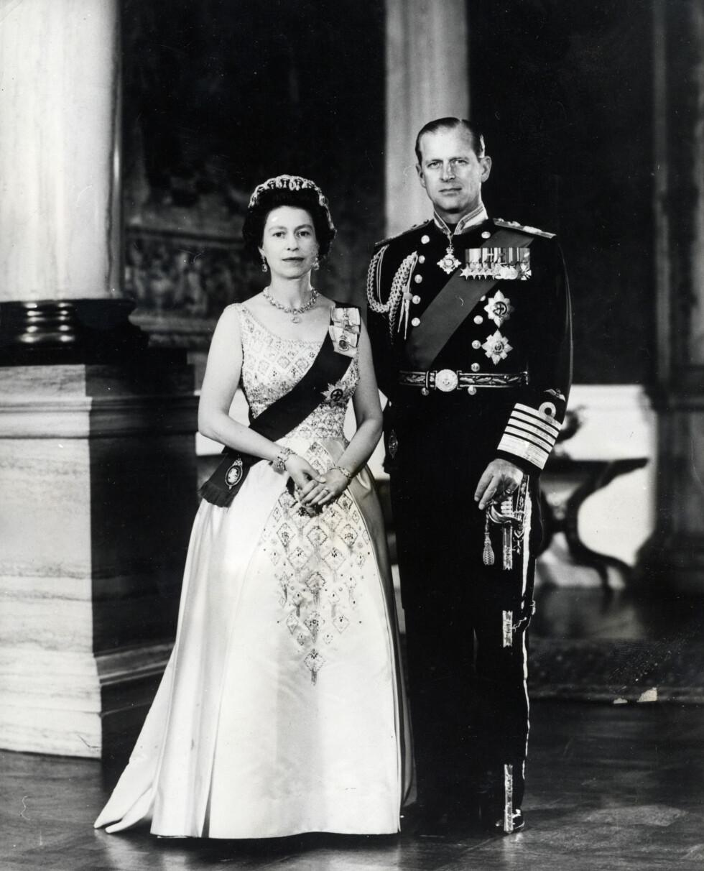 REGENTPAR: Dronning Elizabeth som i dag er 90 år er en av verdens lengstsittende regenter - og i februar har hun sittet 65 år på tronen. Dette bildet er tatt 1. januar 1966 av dronning Elizabeth og hennes ektemann prins Philip. Foto: NTB Scanpix