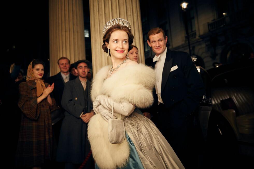 VAKKER: Serien er av Netflix' dyreste egenproduserte produksjoner - og det å redesigne dronning Elizabeths overdådige garderobe skal ha spist mye av budsjettet. Det er Claire Foy som har kapret rollen som dronning Elizabeth, mens prins Philip spilles at Matt Smith. Foto: Netflix