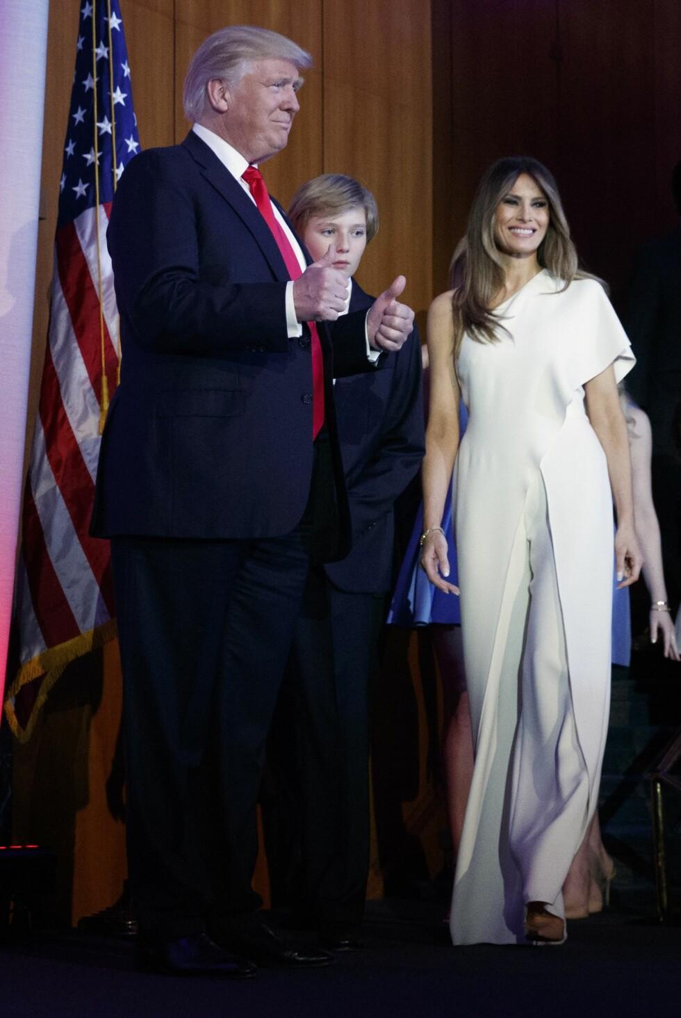 TOMMEL OPP: Her er det klart at Donald Trump er USAs nye president, og Melania Trump stråler i denne hvite jumpsuiten. Tommel opp fra oss på denne, Melania! Foto: Ap