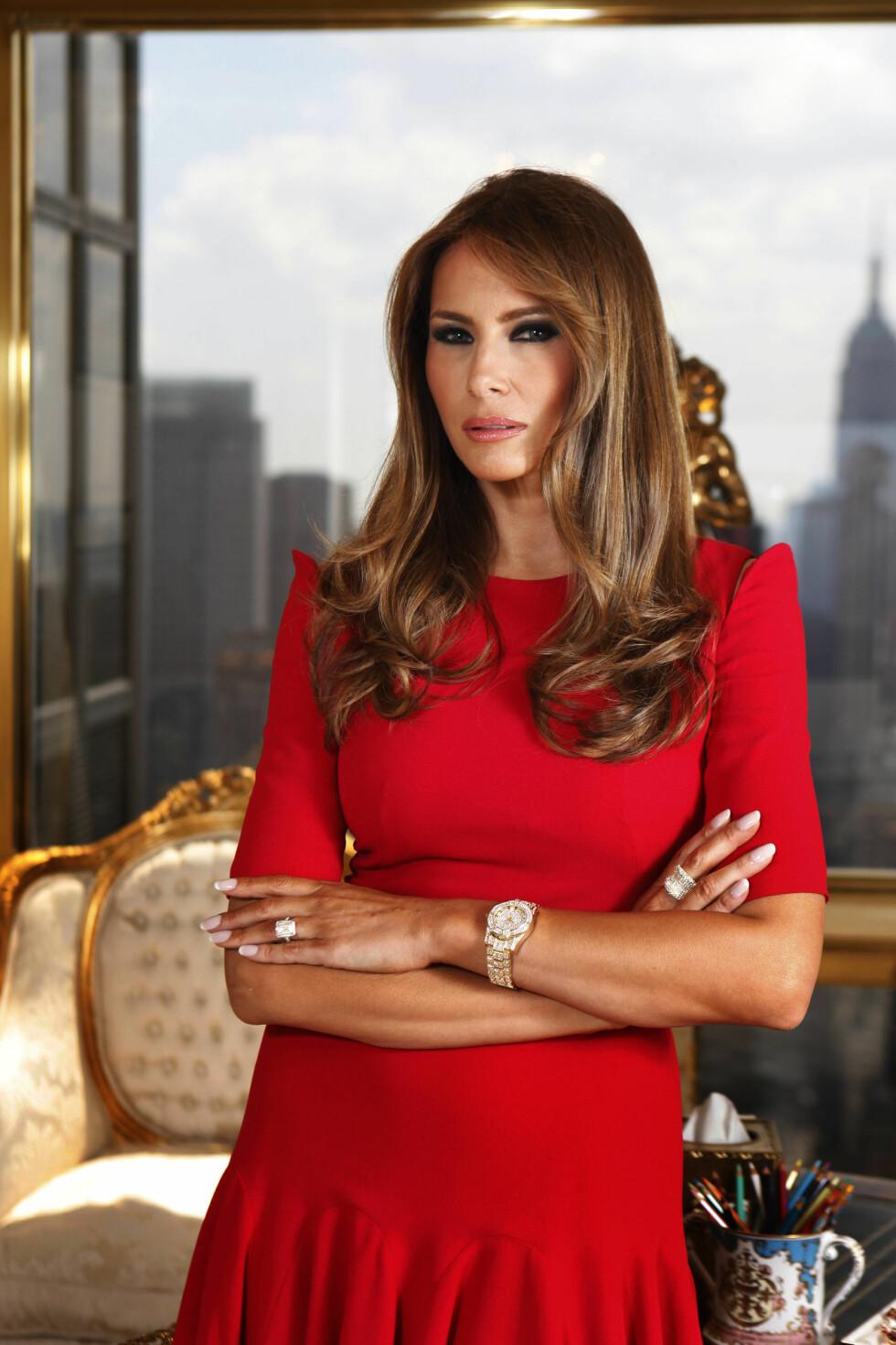 EGEN SMYKKEKOLLEKSJON: Melania Trump viser frem smykkekolleksjonen sin for GVC på kontoret sitt i New York, juli 2011. Foto: Polaris