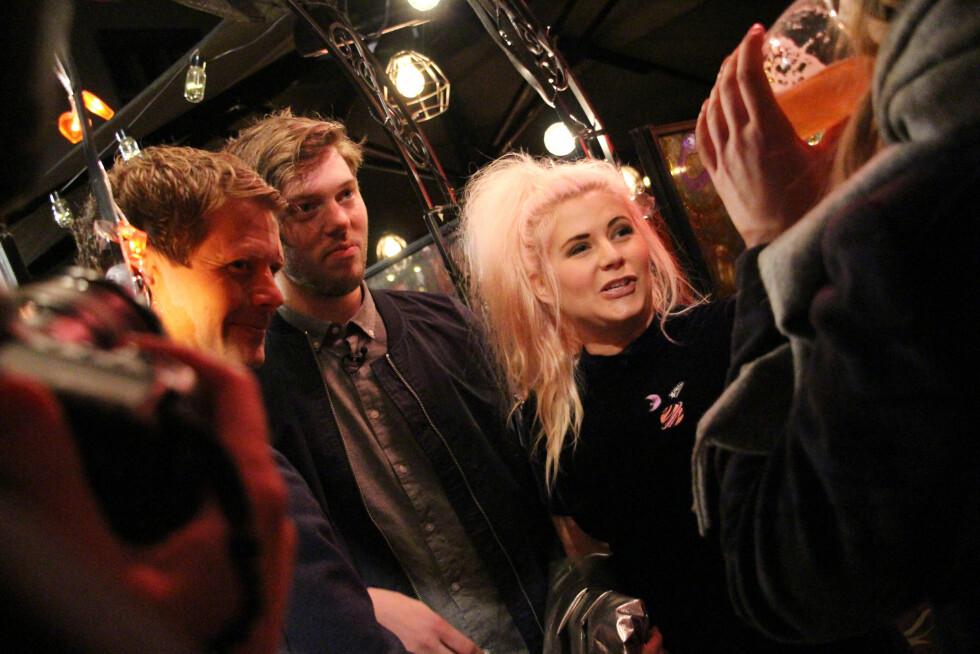 MIDTPUNKT: 5. oktober var det duket for premierefest på «Line dater Norge» på den populære baren Angst i Oslo - hvor Line og daten John Gunnar var kveldens midtpunkt. Her i samtale med Lines familie. Foto:  FOTO: Malini Gaare Bjørnstad // KK.no