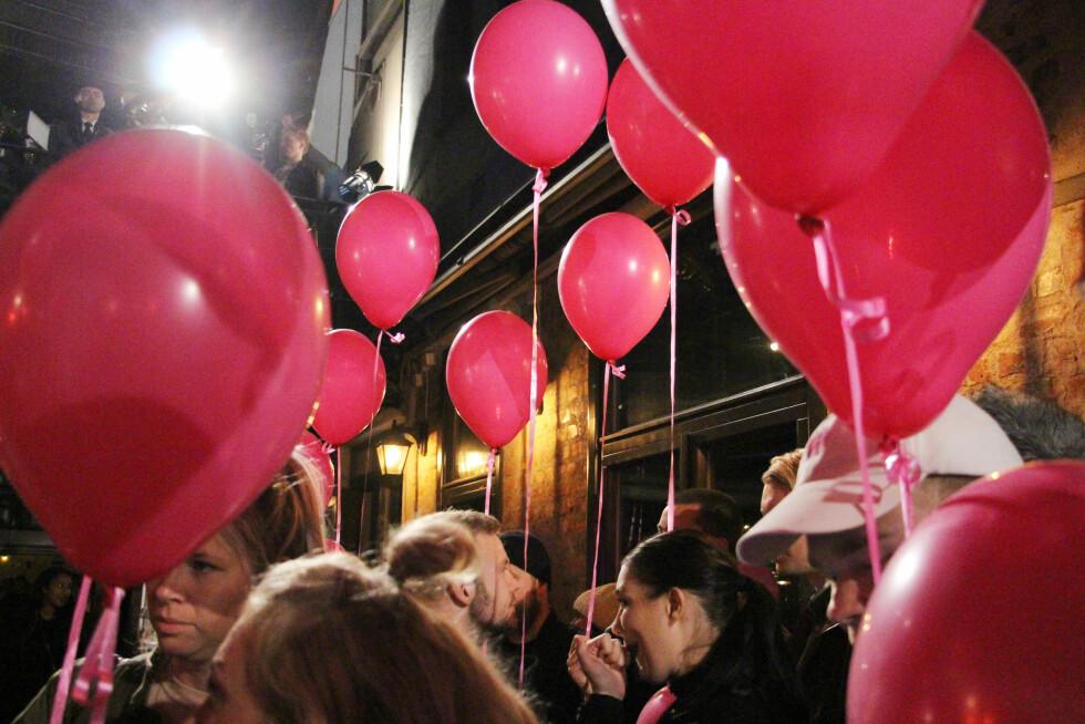 PYNTET TIL FEST: Angst var pyntet med rosa ballonger som Lines venner og familie sendte til himmels i dét hun og daten ankom Angst. Foto:  FOTO: Malini Gaare Bjørnstad // KK.no