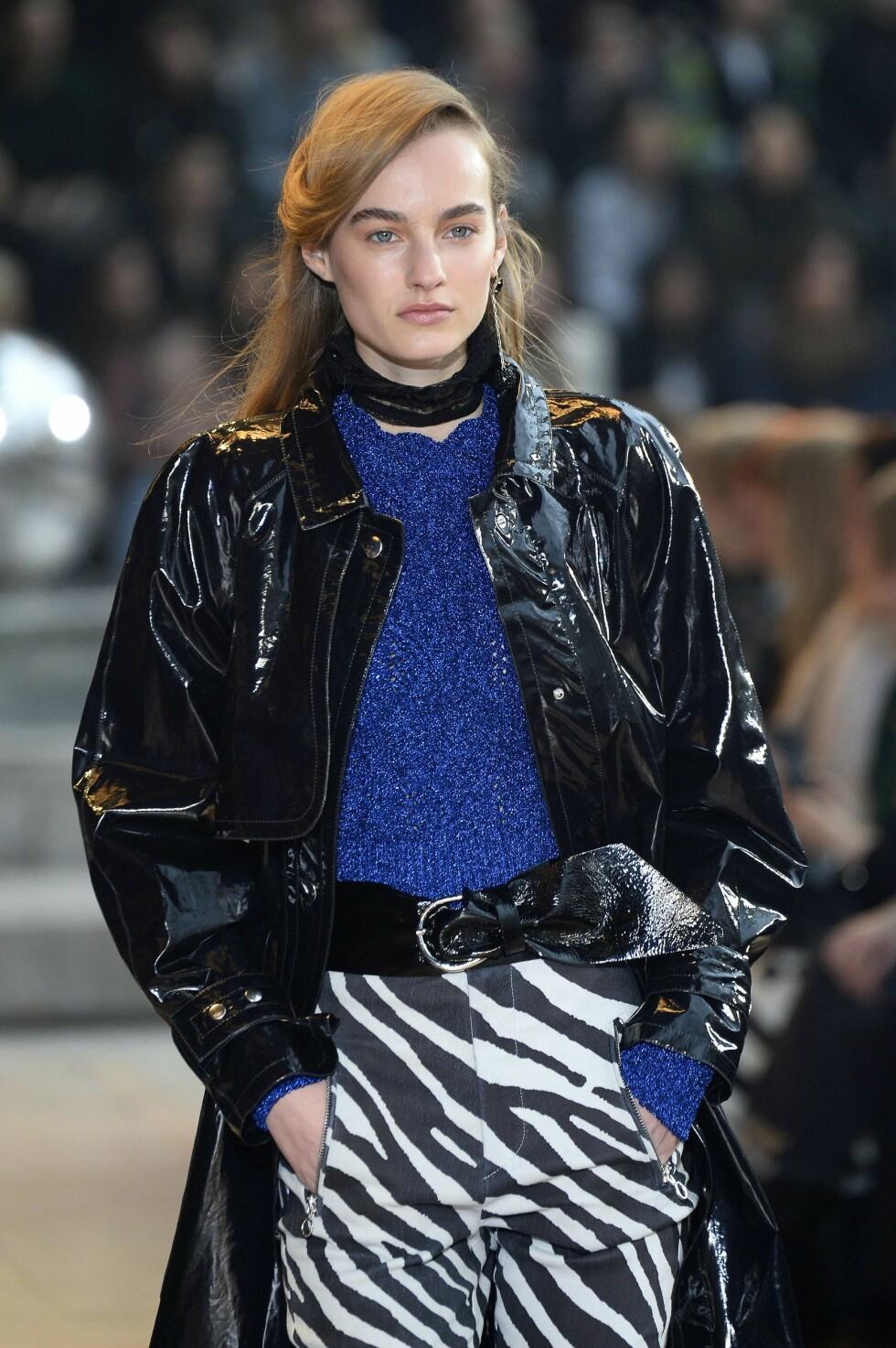 DETALJER: I tillegg til å bruke en lakkjakke, har designer Isabel Marant brukt lakk i beltet også.