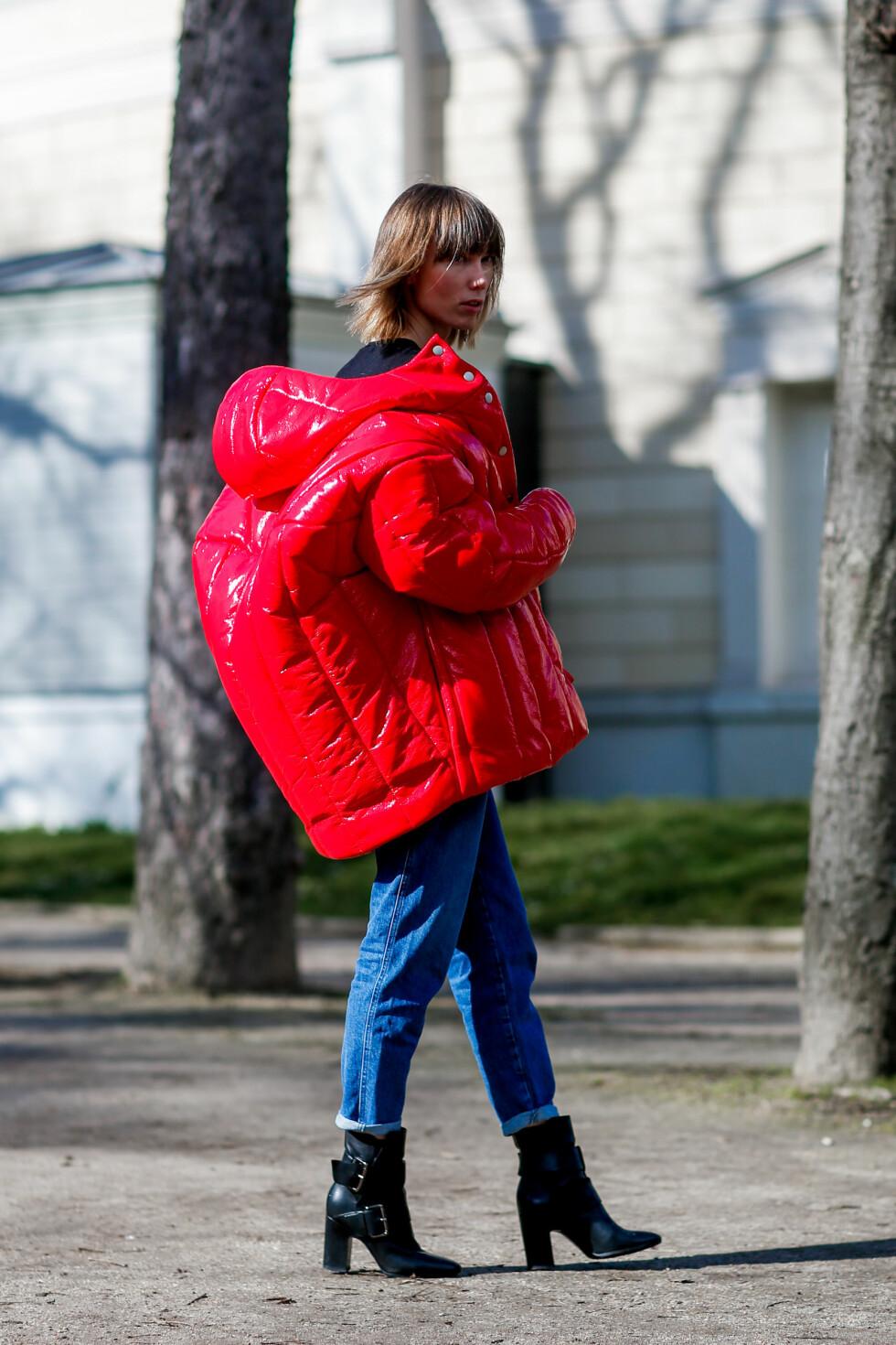 VINTERJAKKEN: Anya Ziourovas røde jakke er bare så kul!