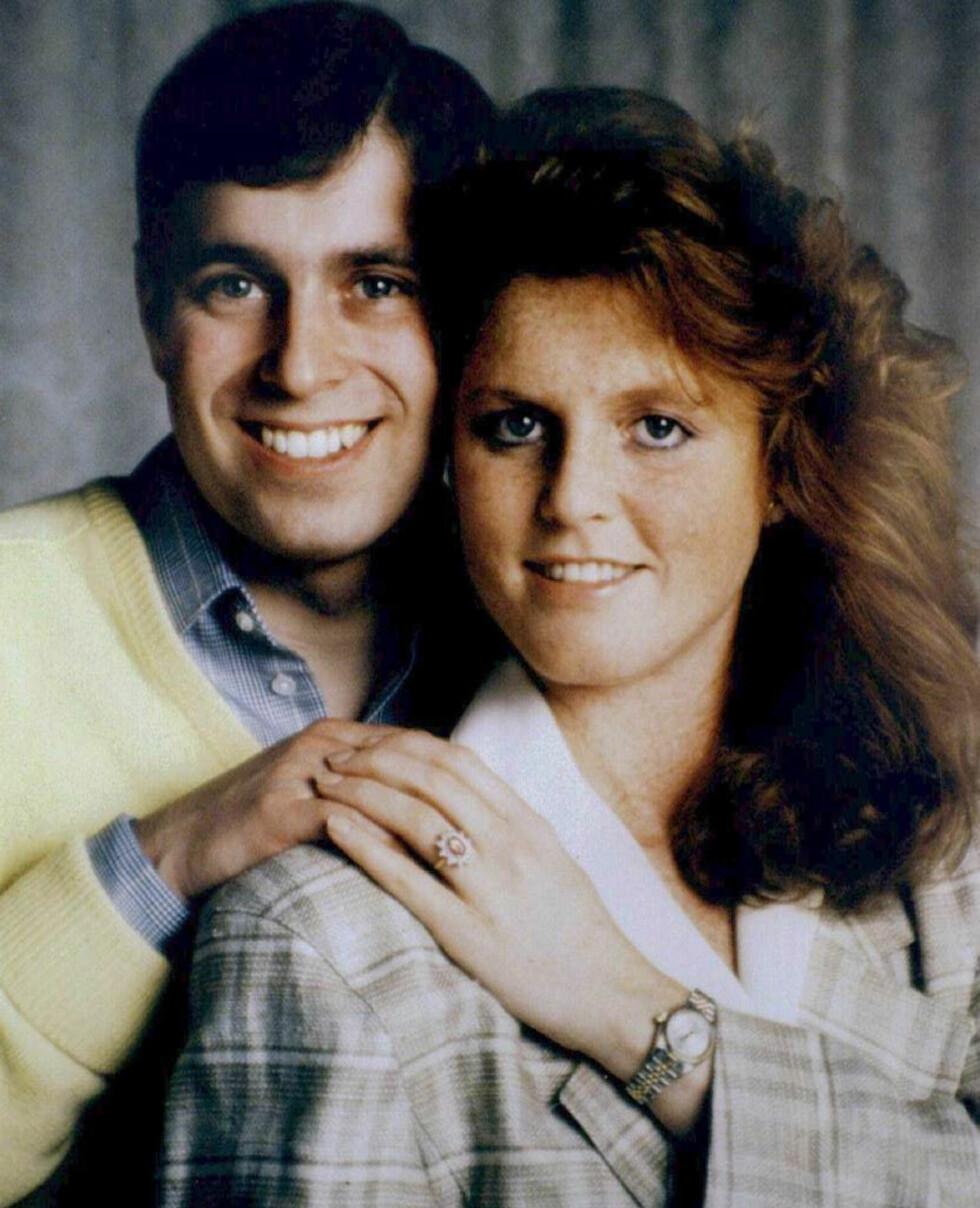 FORLOVELSEN: I april 1986 annonserte prins Andrew og Sarah Ferguson at de to hadde inngått forlovelse. Det var prinsen som selv hadde designet forlovelsesringen. Den består av diamanter og en dyprøde Burmarubin - inspirert av Sarahs hårfarge. Foto: NTB Scanpix