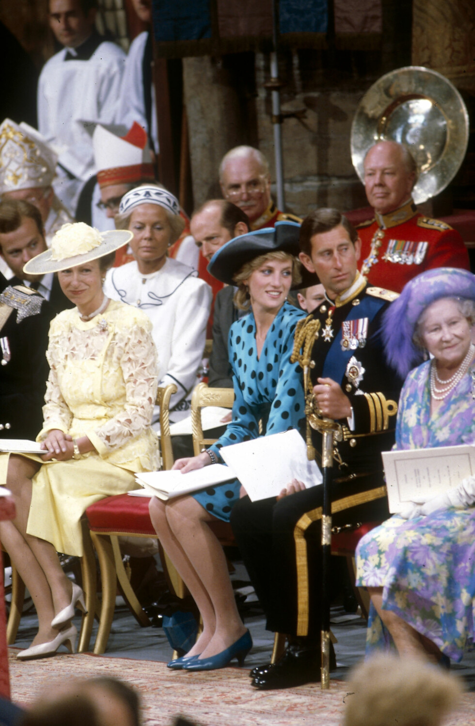 ROJALE GJESTER: Prinsesse Diana, som hadde et nært forhold til sin svigerinne Sarah Ferguson, og hennes daværende ektemann prins Charles (brudgommens storebror) var naturlig nok på plass i kirken da Sarah Ferguson og prins Andrew giftet seg i 1986. På Dianas høyre side sitter prinsesse Anne og på Charles' venstre side sitter den nå avdøde dronningmoren. Foto: NTB Scanpix