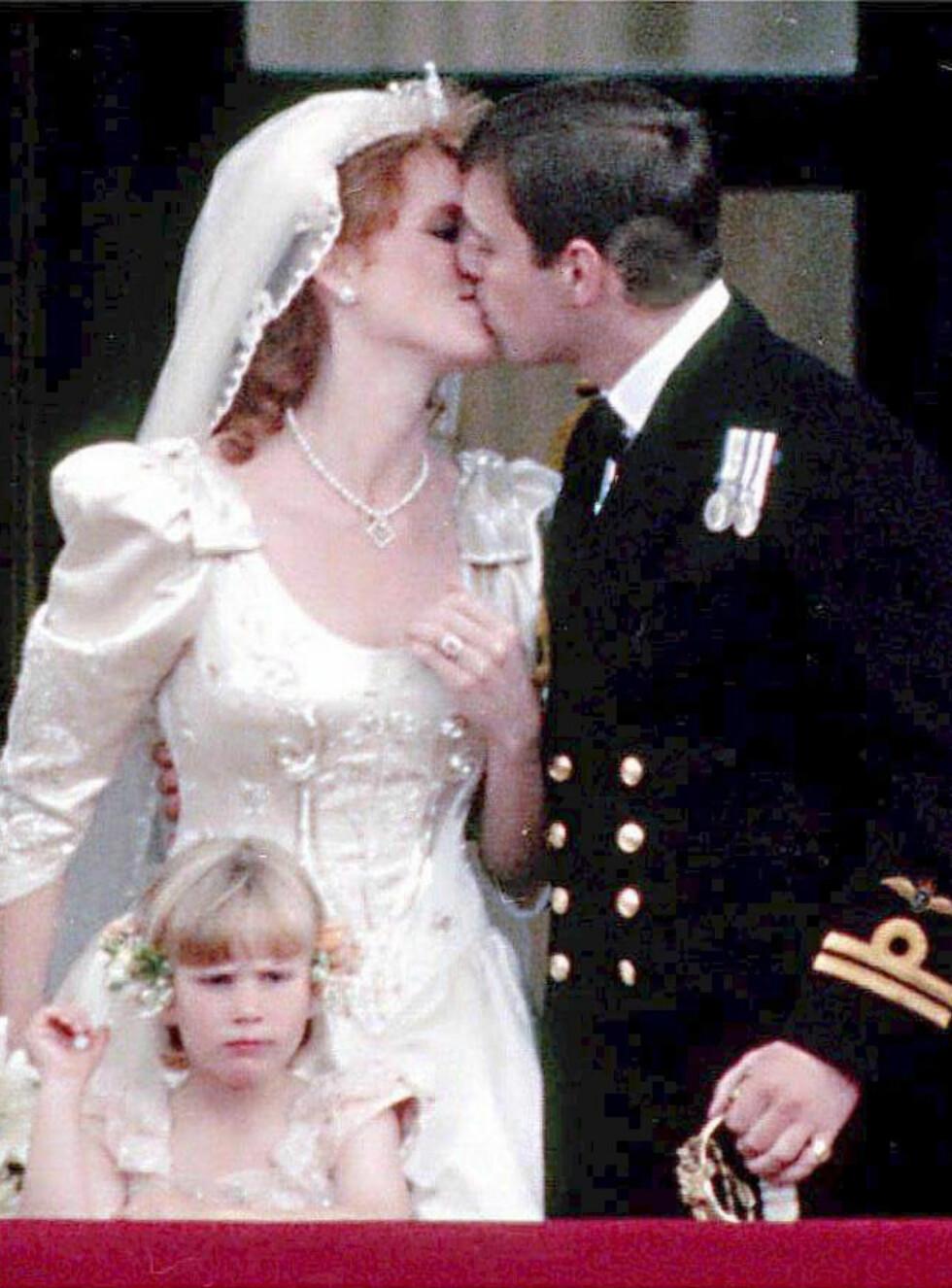 KYSSET: Det nygifte ekteparet kysset på balkongen til ellevill jubel fra folket som hadde samlet seg foran Buckingham Palace. Den lille brudepiken på første rad er Zara Phillips. Hun er i dag 35 år. Foto: NTB Scanpix