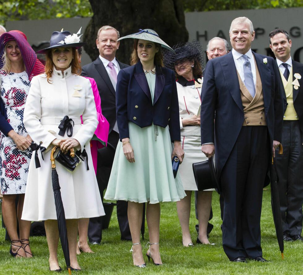 TETTE BÅND: Til tross for skilsmisse har Sarah Ferguson og prins Andrew bevart vennskapet. Dette bildet er tatt i slutten av juni, da de nok en gang deltok på Royal Ascot-festligheter. Her med eldstedatteren Beatrice. Foto: NTB Scanpix