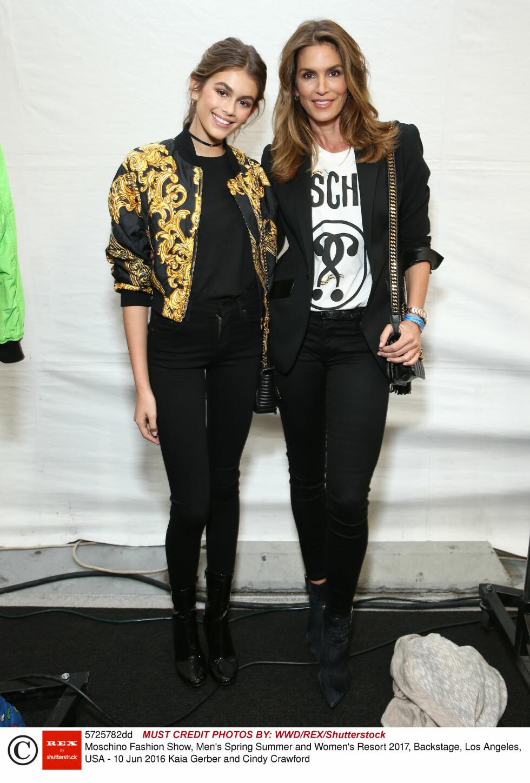 CRAWFORD-DATTER: Selv om Kaia Gerber bare er 14 år, spås hun en lys modellkarriere. Her med sin mor og tidligere supermodell, Cindy Crawford. Foto: Rex Features
