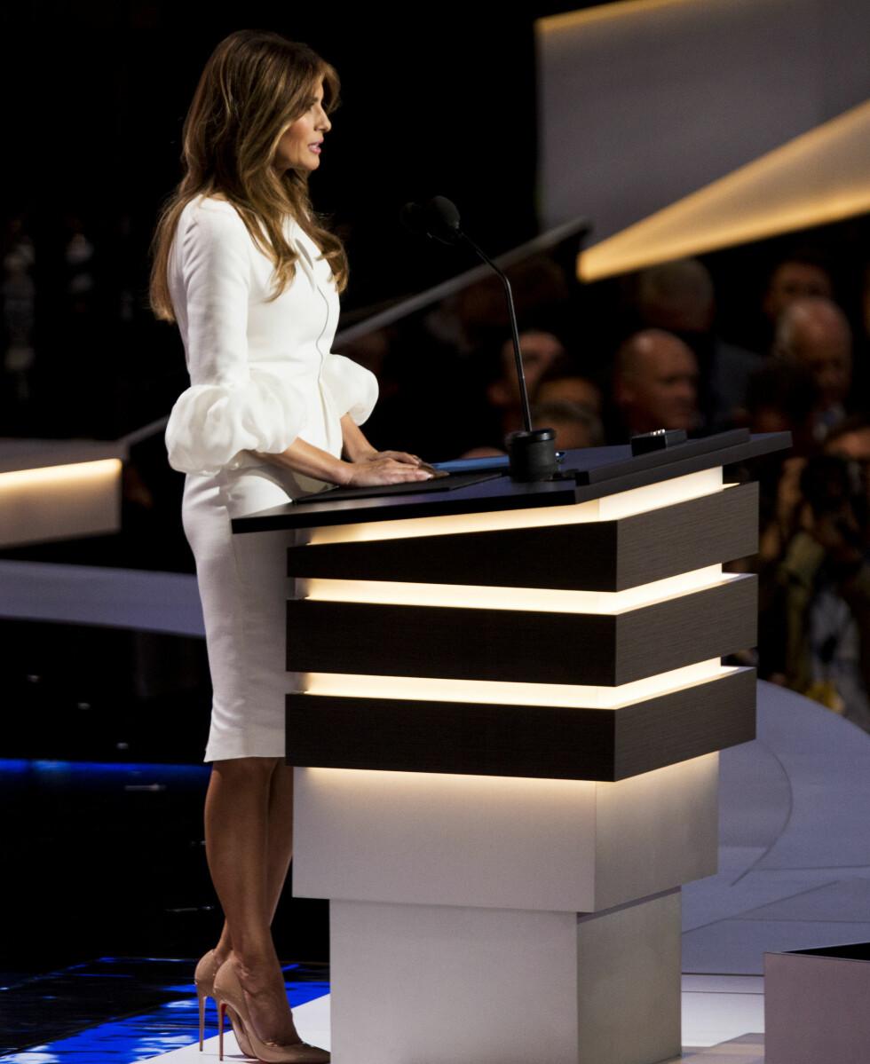 LUKSUSKJOLE: Den hvite kreasjonen Melania Trump hadde på seg da hun holdt tale har en prislapp på nærmere 20.000 norske kroner.