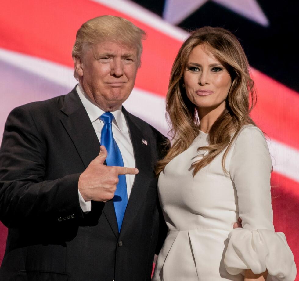 STOLT: Donald Trump peker stolt bort på kona. Dessverre var det ikke talen hennes som imponerte, men folk var heller mer opptatt av hvor kjolen hennes var fra. Roksanda er svaret!