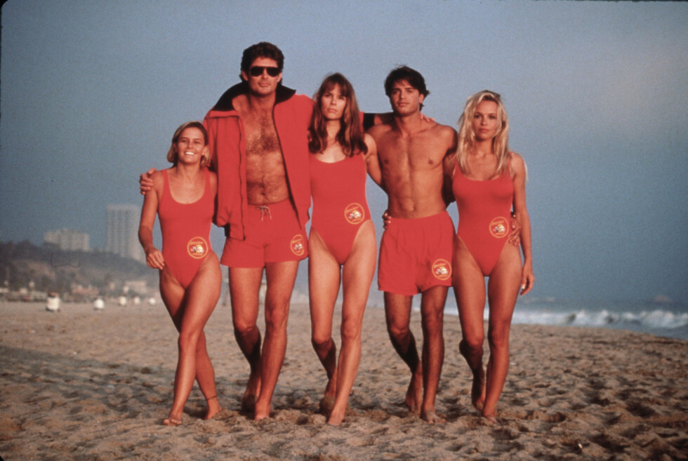 BAYWATCH: Nicole Eggert, David Hasselhoff, Alexandra Paul, David Charvet, Pamela Anderson anno 1992. Foto: NTB Scanpix
