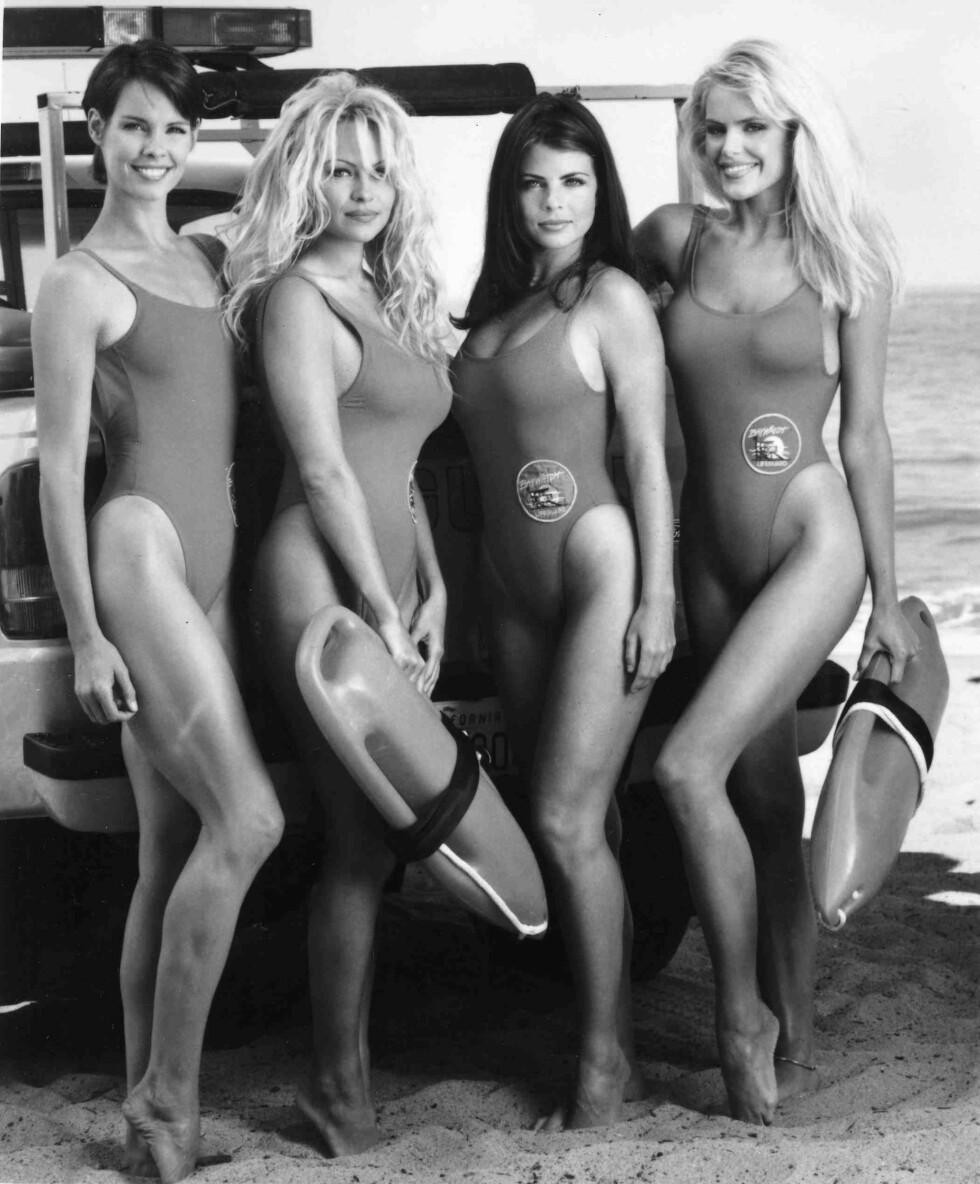 HOTTE DAMER: Alexandra Paul, Pamela Lee, Yasmin Bleeth og Gena Lee Nolin hadde alle kapret rollene som de kvinnelige livvaktene i den populære TV-serien. Dette bildet er fra 1995. Foto: NTB Scanpix