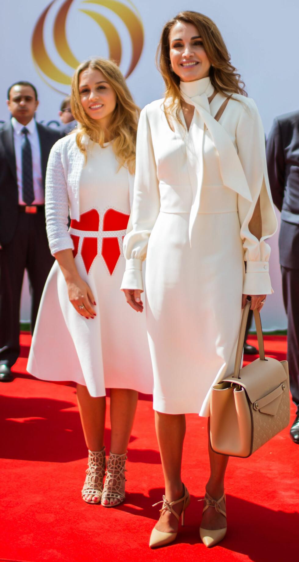 SOM TO DRÅPER VANN: Dronning Rania og prinsesse Iman matchet hverandre i hvitt under en tilstelning i Paris i fjor sommer.  Foto: NTB Scanpix