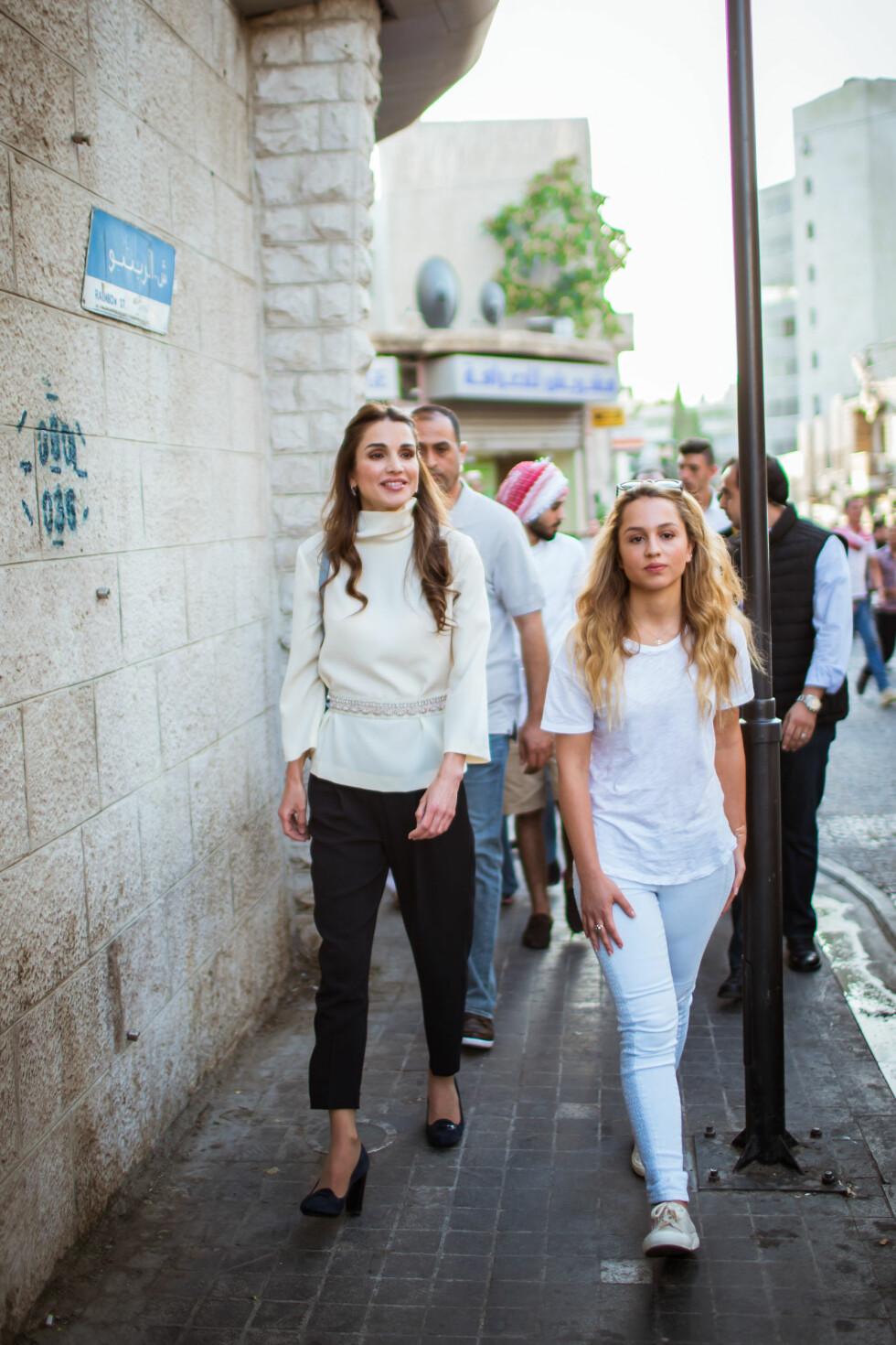 CASUAL: Dronning Rania og prinsesse Iman vekker oppsikt hvor enn de går. Dette bildet ble tatt i Rainbow Street i Jabal Amman-området i Amman, Jordan i august i fjor. Foto: NTB Scanpix