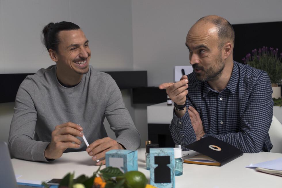 GOD STEMNING: Zlatan og den franske parfymøren Olivier Pescheux lukter seg fram.  Foto: Francois Villevieille // un_elephant_en_photo