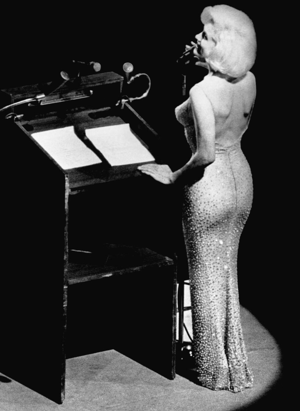 HOT: Marilyn Monroe skapte furore i denne kjolen da hun sang bursdagssangen til president John F. Kennedy i mai 1962. Foto: NTB Scanpix