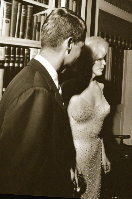 TETTSITTENDE: Marilyn Monroe og Robert Kennedy - presidentens bror. Foto: NTB Scanpix