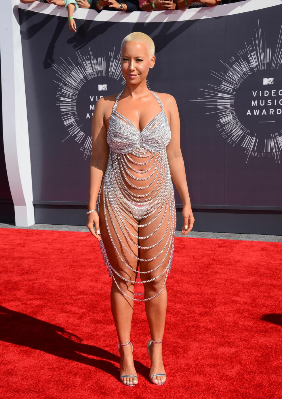 KOPI: Amber Rose var nok rimelig inspirert av Rose McGowan-kjolen da hun troppet opp i denne kreasjonen under MTV Video Music Awards i 2014. Foto: NTB Scanpix