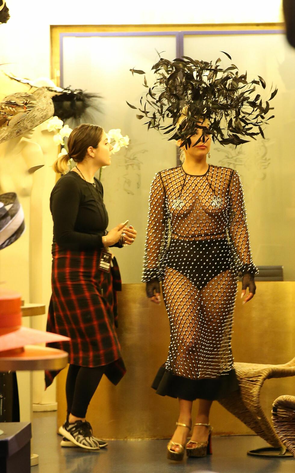 PÅ SHOPPING: Lady Gaga er ikke redd for å gå for alternative antrekk, og dukket opp i dette da hun var på shopping i storbymetropolen London i fjor. Foto: NTB Scanpix